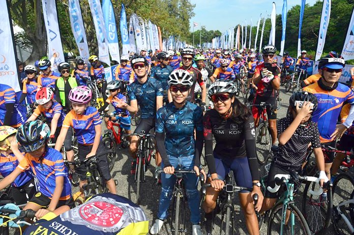 Riders line up prior to the start of the Family Fun Race during the 2nd Bangkok Bank Cycle Fest, Sunday, November 25 at Siam Country Club in Pattaya.