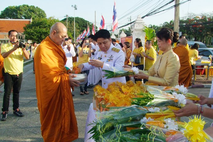 Pakarathorn Thienchai presents alms to the province's ecclesiastical chief Anak Thanisaro and to 50 monks at Phra Phuttasihing Hall in Central Chonburi City.