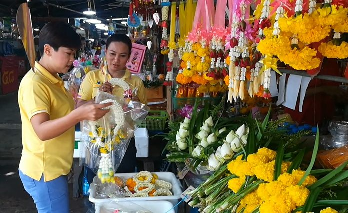 Veerapa Romsakul, owner of Phothong Sangkaphang flower shop, blamed high wholesale prices and shortages for the high cost of flowers over the holiday.