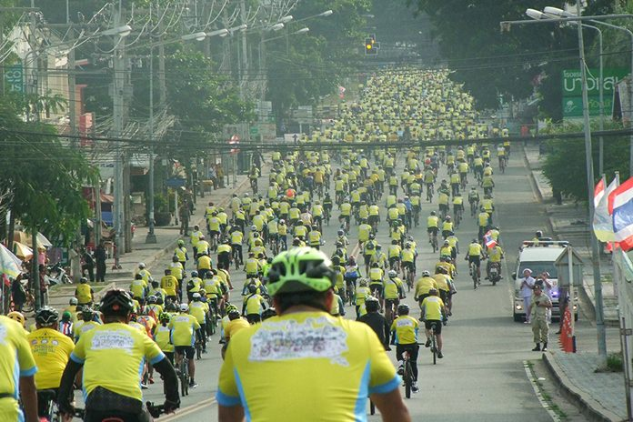 """Chonburi's governor led 10,000 cyclists in the province's """"Un Ai Rak"""" royal cycling event."""