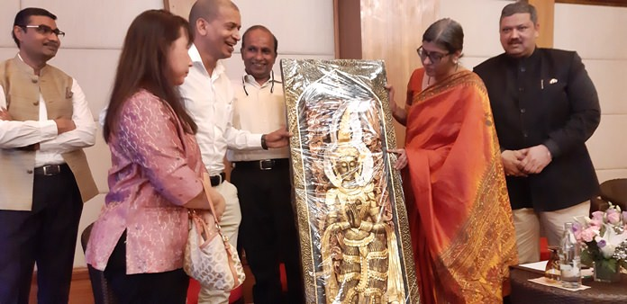 Pattaya residents present a gift to Her Excellency.