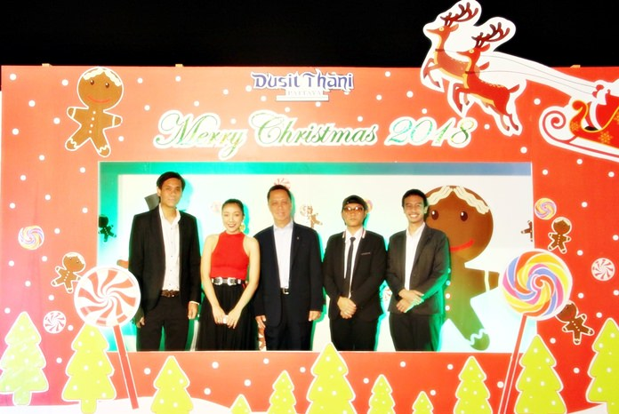 Dusit Thani Pattaya General Manager Neoh Kean Boon (center) creates a Christmas card with members of the Dusit Jazz Band featuring lead vocalist Natt (2nd left) from Skykick Ranger.