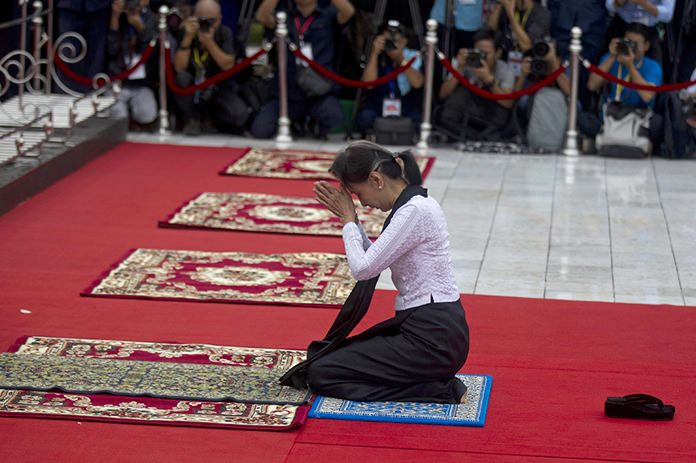 Myanmar leader Aung San Suu Kyi prays at the tomb of her late father and Myanmar's independence hero Gen. Aung San during a ceremony to mark the 71st anniversary of his 1947 assassination, at the Martyrs' Mausoleum on July 19, 2018, in Yangon, Myanmar. (AP Photo/Thein Zaw)