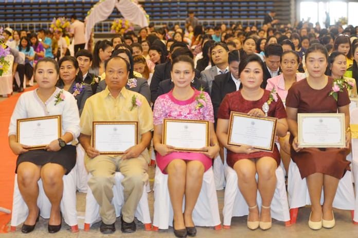 Outstanding teachers received honorable awards.