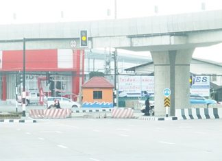 Pattaya officials plan to create a U-turn lane just past the end of the highway to relieve congestion on Sukhumvit Road caused by the northbound intersection under the Highway 7 overpass in North Pattaya being closed.