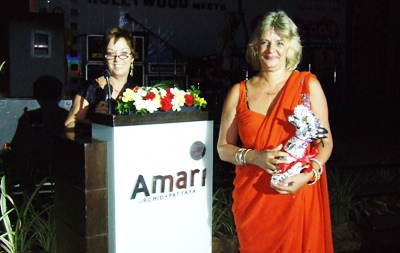 Anja Schoof (President PILC), left, and Bea Grunwell (PILC Special Events co-ordinator) welcome the guests.