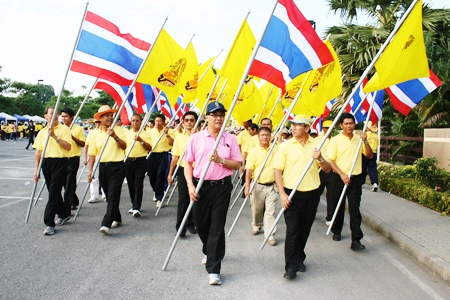 2,000 people in Sattahip Municipality participate in a healthy walking and jogging event.