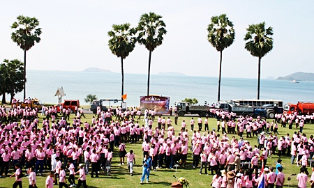 Around 2,000 people from the Royal Thai Navy along with community development groups and residents of Sattahip dressed in pink shirts for birthday ceremonies at the beach there.