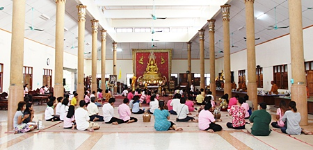 Sattahip faithful go to Wat Luang Por Hee to make merit on HM the King's birthday.