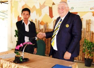 Welfare Development Center Director Utit Boonchuay and Pattaya-Phoenix Rotary President Peter Aistleitner shake hands after signing the agreement.