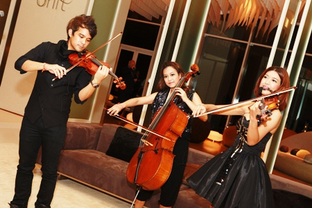 Vietrio skillfully entertain the guests with their music talents.