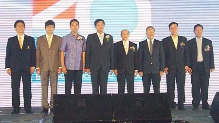 (L to R) Chairat Pandhuraamporn, director of Samitivet Hospital in Sriracha; Dr. Pichit Kangwolkij, director of Bangkok Hospital Pattaya; Mayor Itthiphol Kunplome; Chonburi Deputy Governor Pornchai Kwansakul; Dr. Pongsak Wittayakorn, advisor and committee member of Bangkok Dusit Wetchakarn (Public) Co., Ltd.; Dr. Wiroj Suchato, MD of Bangkok Hospital Pattaya; Dr. Kitwit Lertusahakul, deputy CEO of group 1; and Dr. Sunthorn Sritha, CEO of group 2.