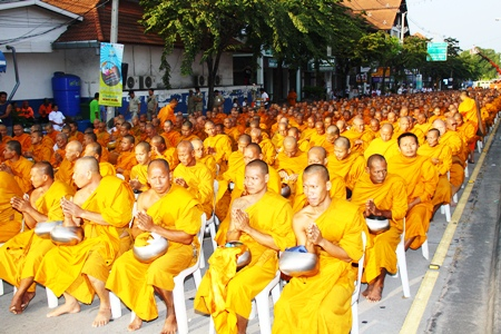 (Above and Below) North Pattaya Road is a sea of saffron as 2000 monks gathered to pray for peace and tolerance amongst the peoples of the world.
