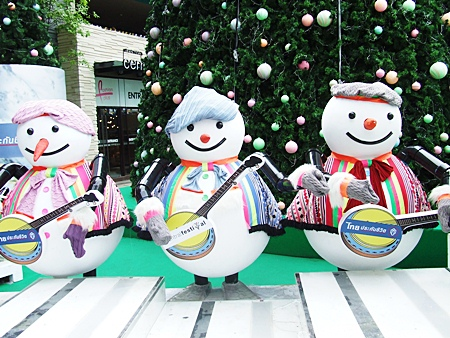 From our family to yours - the Pattaya Mail Media family joins these snowmen in front of Central Festival Pattaya Beach in wishing you and your loved ones the happiest of holiday seasons.  Whether it's Merry Christmas, Happy Hanukkah, Happy Kwanzaa, Winter Solstice or whatever holiday you celebrate at this time of year, we wish you all the best for joyous holidays this festive season.