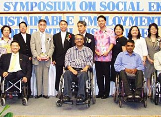 Socially responsible members of the community gather for a commemorative photo after meeting at Diana Garden Resort for an international symposium on sustainable employment of people with disabilities.