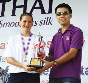 Hannah Way, left, receives the Female Long Swim award from Nopporn Kanchanamane of Thai Airways Pattaya.