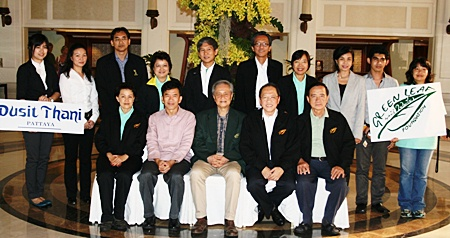 (Seated, L to R) Yaowaluck Hotarapavanont; Dr. Jiraphol Sinthunava, vice-president of Green Leaf Foundation; Dr. Suvit Yodmani, president of the Green Leaf Foundation; Chatchawal Supachayanont, general manager of Dusit Thani Pattaya who represented THA-E and Wiwat Pongburanakit, also of the Green Leaf Foundation.