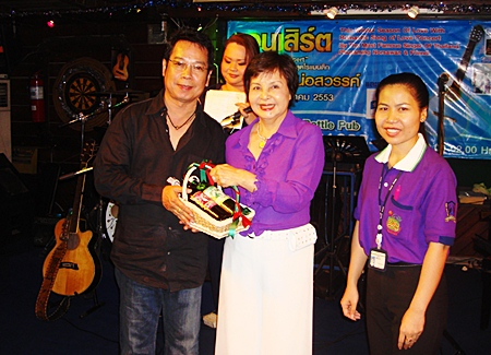 Sopin Thappajug, MD of the Diana Group of Hotels & Resorts presents a token of appreciation to Phusaming Norsawan, the popular Thai-Lao folk singer who was guest of honour at the opening of a mini concert held at the Green Bottle Pub recently.