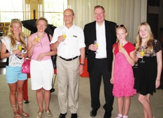 Philippe Delaloye (3rd left), GM of the Pullman Pattaya Aisawan Hotel welcomes Paavo Lipponen (3rd right), former prime minister and former president of parliament of Finland and his lovely family to the hotel during their visit for a well earned vacation.