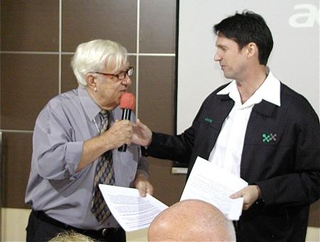 MC Roger Fox introduces fellow member Gavin Waddel, International Marketing Executive for Phayathai Sriracha Hospital, to introduce the guest speaker Dr. Montien Sirisuntornlak for his talk on osteoporosis.