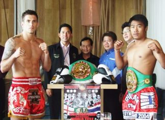 England's Steve Wakeling, left and Thailand's reigning world champion, Jaochalam, right, pose with Pattaya City Mayor Ittiphol Khunpluem at the official press announcement for the fight, held at the Hilton Hotel, Pattaya on Tuesday, Jan 4.