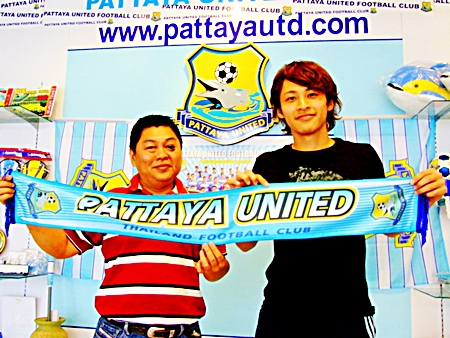 Kesuke Okava, right, is unveiled by Sombat Pinuasiri, the Assistant Manager of Pattaya United FC, to the media at a press conference held on January 14.