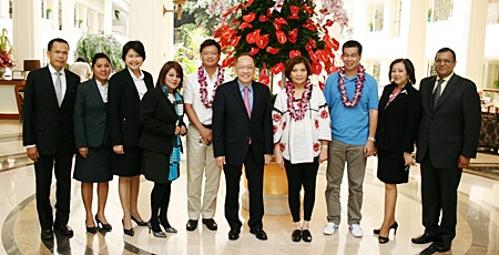 Chatchawal Supachayanont (center), general manager of Dusit Thani Pattaya is joined by hotel management in giving a warm welcome to Junie Jalandoni (5th left), VP and Group Head of Ayala Land, Al Legazpi (3rd right), COO of Ayala Hotels Inc and Mrs Evelyn Singson (4th right), vice chairman and director of PHI, the owners of Dusit Thani Manila. The three VIPs were on a visit to Thailand recently to discuss possible joint projects in the hospitality business between Dusit International and the Philippines. They also attended the graduation ceremony of Dusit Thani College in Bangkok and later visited other Dusit International hotels and resorts in Bangkok, Pattaya and Hua Hin.