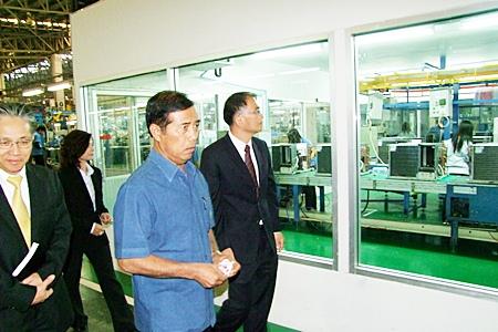 Deputy Minister Thaworn Senniam (2nd right) tours the Laem Chabang Industrial Estate.