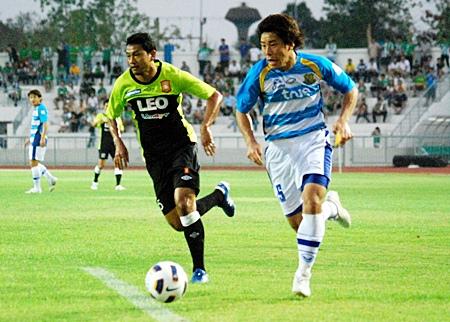 United's Japanese midfielder Kazuya Myodo, right, attacks the Bangkok Glass defence during the second half of the match. (Photo/Ariyawat Nuamsawat)