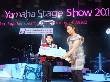 "The winner in the under 12 years of age category was Charatrawee Tiamrat from Chonburi Kindergarten School, with a rendition of the Song ""Monrak Saena""."