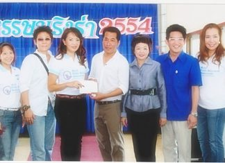 Nichaya Chaivisuth (3rd left), President of the Hotel Public Relations Association of Thailand in co-operation with the Tourism Authority of Thailand recently organized a PR & Media trip to stimulate domestic tourism. They also donated funds they raised to Tapana Nuntapanich (centre), from the Sian Hud Yi Temple in Chonburi to support their various charities. Other members included Sukrita Chomdhavat, Panasporn Nopsri, Rakjit Kittikamron, Katha Chinnabunchorn and Panisa Kitjakanyawat.