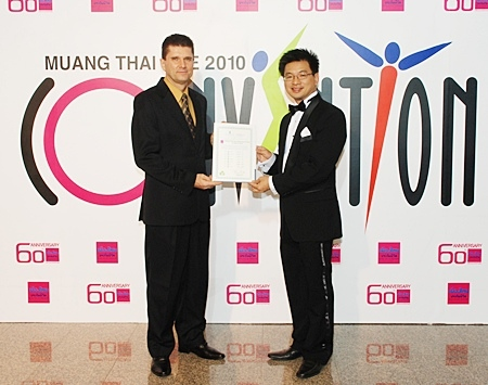 The Royal Cliff Hotels Group's General Manager, Joachim Grill (left) presents the 'Green Certificate' to Muang Thai Life Assurance Senior Vice President, Agency Marketing Department, Naris Achalanan (right).