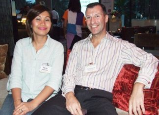 Panida Kaewpradit (McConnell Dowell Creative Construction) and Gary Woollacott (Past President AustCham Thailand) have a cozy little chat.