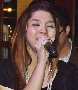 The sultry Phang Khow spices up the evening with her beautiful voice.
