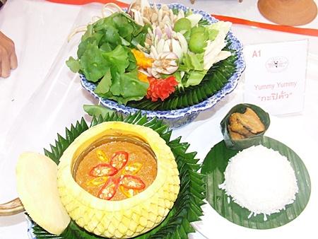Team Yummy Yummy, led by Sannipa Jiranuwat, prepared roasted shrimp paste.