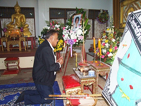 "Pattaya Mail Media Group Managing Director Pratheep ""Peter"" Malhotra lights candles and joss stick to worship the three gems in honor of Samran Suansuk."