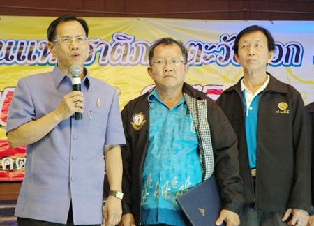 Chonburi Vice Governor Pongsak Preechawit congratulates the winners as Padungsak Tantraworasilp, (centre) President of the Eastern Mass Media Association of Thailand and Worapol Worathitichaisiri VP of EMMA listen attentively.