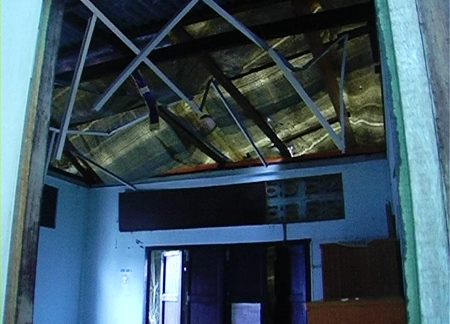 The powerful downpour on the morning of Wednesday, March 23, damaged the roofs of several buildings in the area.