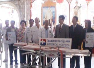 Officials of Bangkok Pattaya Hospital hand over the emergency medical equipment to representatives of the Sawang Boriboon Foundation.