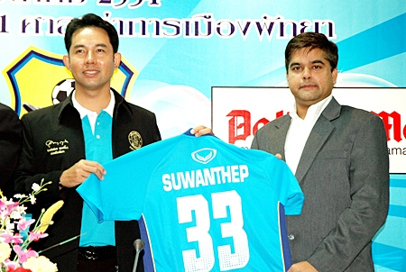 AIA eastern region agency director Krit Attasara, AIA vice president of agency management, M.L. Jiraseth Sukhsawat, Pattaya United football club president Sontaya Khunplome, Mayor Ittiphol and Pattaya Mail Media Group Business Development Director Suwanthep Malhotra announce the signing of the new sponsorship deal.