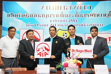 City Mayor and Pattaya United's Chief Advisor Ittiphol Khunplome (left) presents a team jersey to Pattaya Mail Media Group's Business Development Director Suwanthep (Tony) Malhotra (right) at a press conference held at City Hall, Friday, March 4, to announce new sponsors for the football club.