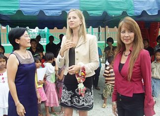Academy Award-winning actress Mira Sorvino (center) receives a warm welcome from Supagon Noja and children at Pattaya's Child Protection & Development Center.