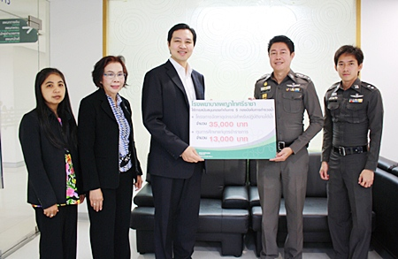 Dr. Thanakom Mantananond (3rd left), Director of the Phyathai Hospital Sriracha along with Chaveewan Attanat, community relations presented a donation of 35,000 baht to Pol. Col. Surapol Prembutr (2nd right), commander of the Marine Police Division for the purchase of underwater operations equipment. In addition, another 13,000 baht was donated for education scholarships for their children.