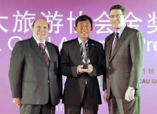 Pandit Chanapai (center), THAI Executive Vice President, Commercial Department, Bill Calderwood (right), Interim CEO, PATA and Joao Manuel Costa Antunes (left), Director, Macau Government Tourist Office.