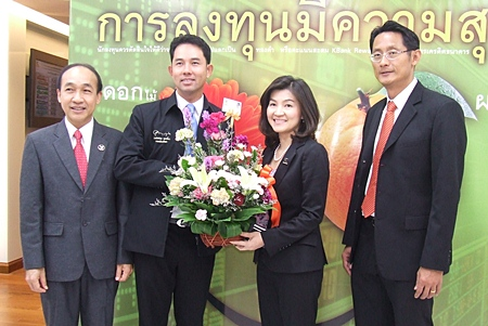 (L to R) Manat Pinthong, Board of Network Services and Sales, and Mayor Itthiphol Kunplome congratulate Natharin Tanthong, Chief Executive of Kasikorn Thai Security (Public) Co., Ltd., and the Board of the Private Business Bank Group of Kasikorn Thai Bank, and Padermpob Songkroh, MD of Personal Finance Management for the opening of their new business center.