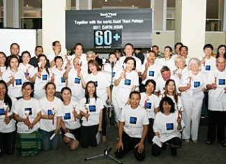 Dusit Thani Pattaya staff and management observe Earth Hour 2011 with hotel guests at the Lobby Lounge on March 26.