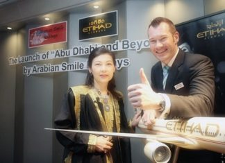 Suwadee Pachariyangkun (left), Arabian Smile Holidays Founder & CEO and Craig Thomas, Country Manager for Thailand and Mekong region, Etihad Airways announce the promotion.