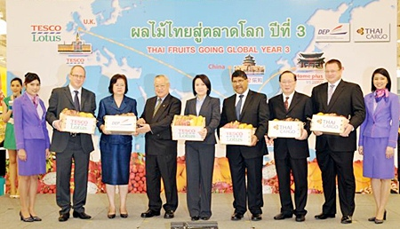 Jointly presiding over the press conference were Porntiwa Nakasai (5th from left), Commerce Minister; Anchalee Promnart (3rd from left), Director of the Department of Export Promotion, Sunthorn Arunanondchai (4th from left), President of Tesco Lotus, Pichai Chunganuwad (7th from left), THAI Managing Director for Cargo and Mail Commercial, and H.E. Asif Ahmad (6th from left), Ambassador of the United Kingdom to the Kingdom of Thailand.