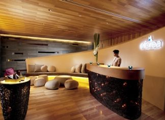 The reception desk welcomes you to the eforea spa.