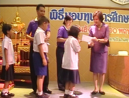 Khun Sopin hands over the scholarships to the children